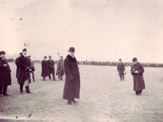 Sir Robert Borden inspectant les troupes � Fletcher�s Field, 1914